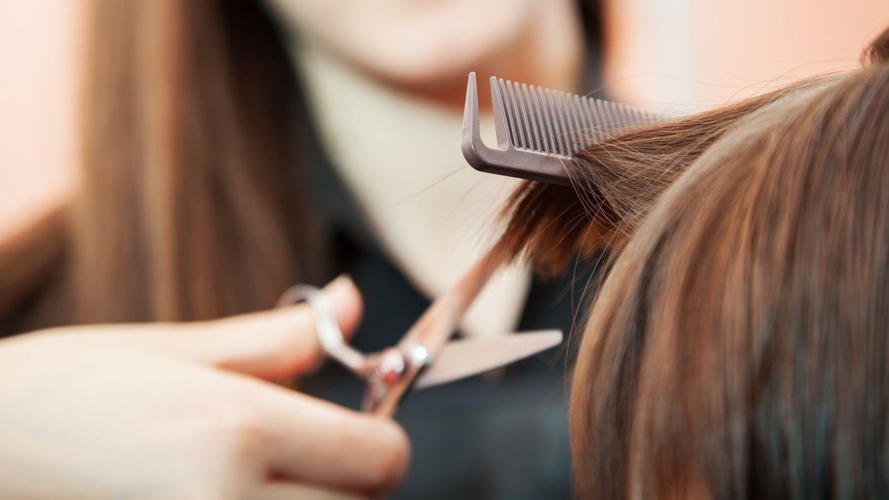 coupe cheveux avec du ciseaux